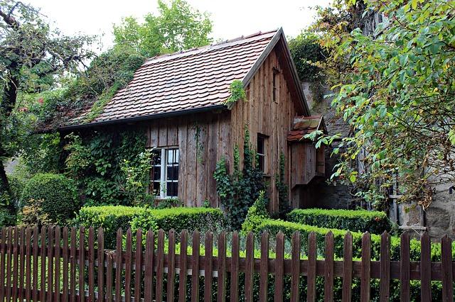 stará dřevěná chatrč