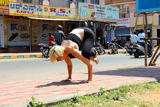 balancující žena