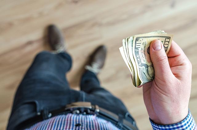 muž s penězi